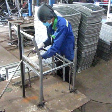 Sản xuất khung bàn ghế cafe nhựa giả mây MT207 với nguyên liệu sắt mạ kẽm tại xưởng cơ khí Minh Thy Furniture