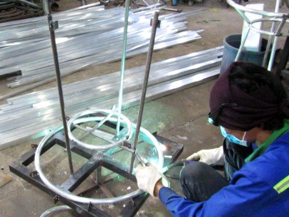 Ra mẫu bàn tròn giả mây khung nhôm với các công đoạn cắt, uốn, hàn định hình, hàn kín, sơn tĩnh điện