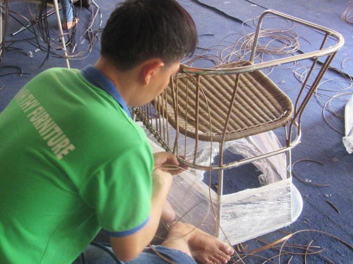 Hướng dẫn tường bước cách đan ghế cafe mây nhựa ngoài trời tại xưởng đan mẫu nội thất Minh Thy.