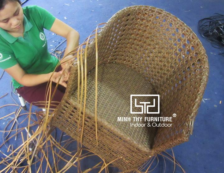 Hướng dẫn sản xuất ghế cafe nhựa giả mây sân vườn MT2A157 được đan theo kiểu mắt cáo, với các lỗ lục giác đẹp mắt, tạo cảm giác thông thoáng cho người ngồi.